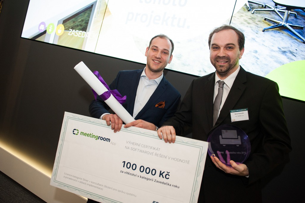 Michal Slobodník from J&T Banka is receiving the MeetingRoomApp licence from Letsgood founder Marek Ostrý Photo: CBRE